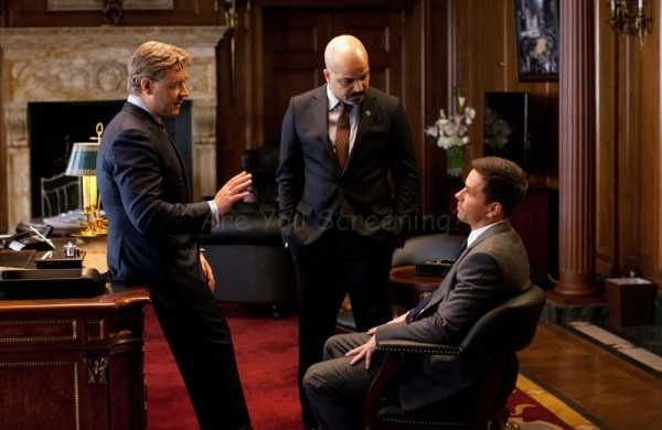 Mayor Hostetler (Russell Crowe) and Police Commissioner Fairbanks (Jeffrey Wright) have a frank discussion with private investigator Billy Taggart (Mark Wahlberg).